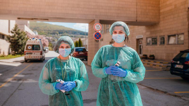 Nezostali doma, dobrovoľníci z radov medikov pomáhajú v rožňavskej nemocnici